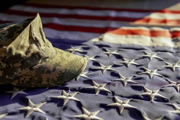Bandeira americana e uma tampa de um soldado - foto de acervo