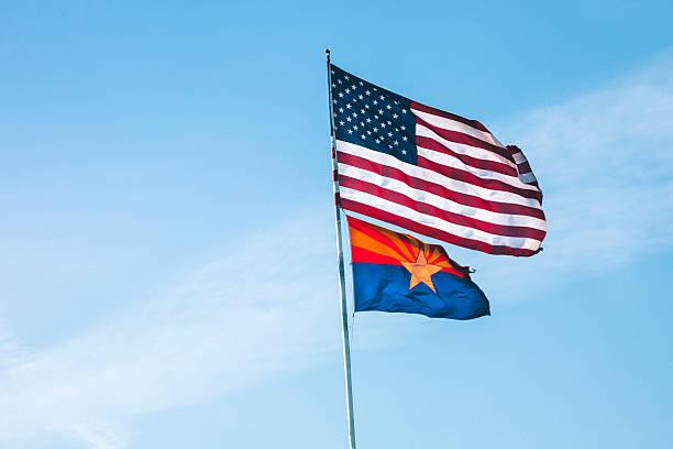 Bandeira bandeira americana e no Arizona. - foto de acervo