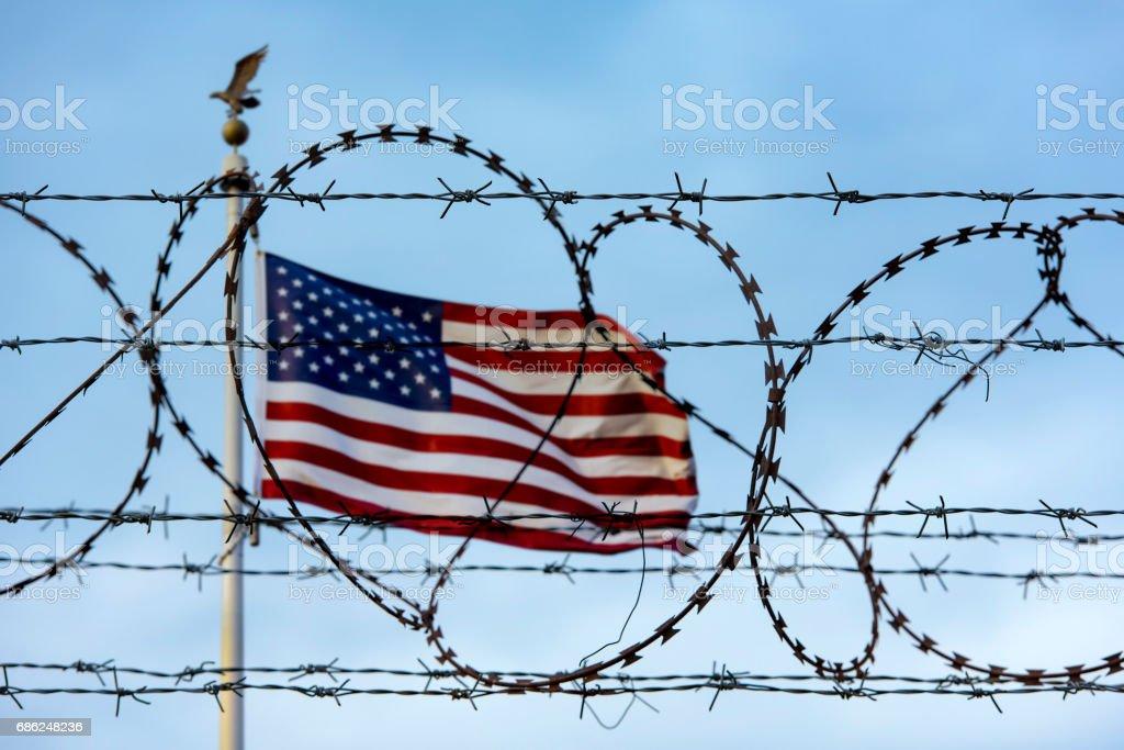 Amerikanische Flagge Und Stacheldraht Usagrenze Stock-Fotografie und ...