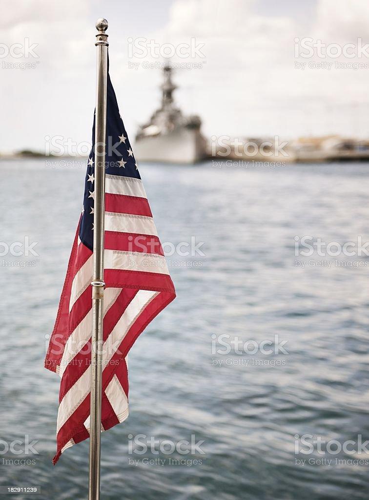 Amerikanische Flagge und Militärschiff – Foto