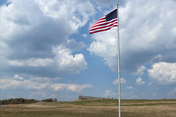 amerikanische flagge in flight 93 memorial - wie lange leben fliegen stock-fotos und bilder