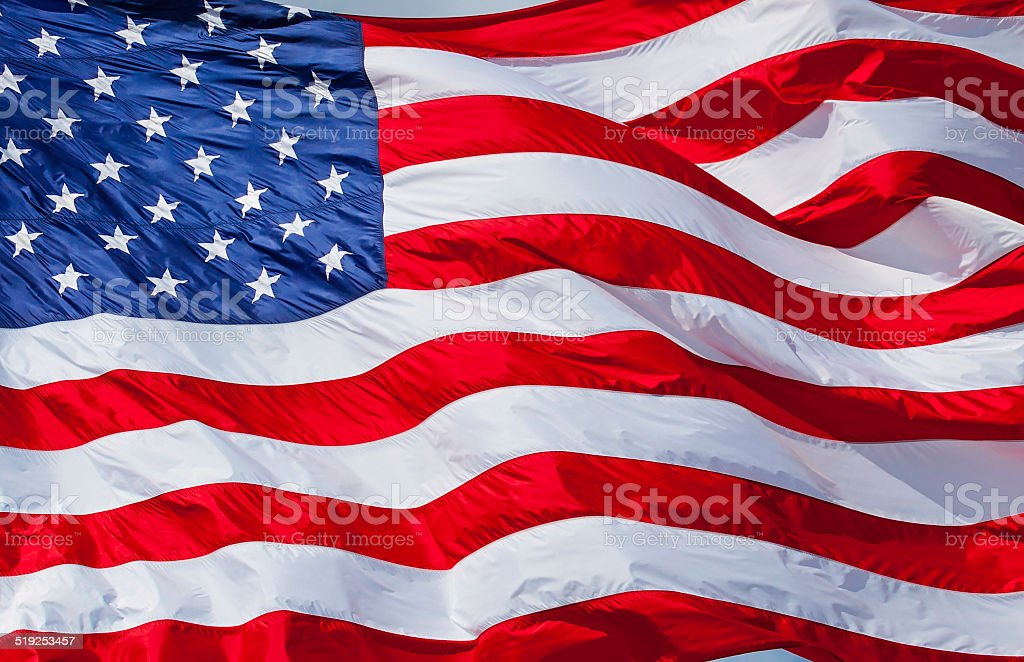 American flag close up contra el cielo - foto de stock