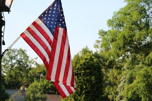 amerikanische flagge der usa im freien. - horizontal gestreiften vorhängen stock-fotos und bilder