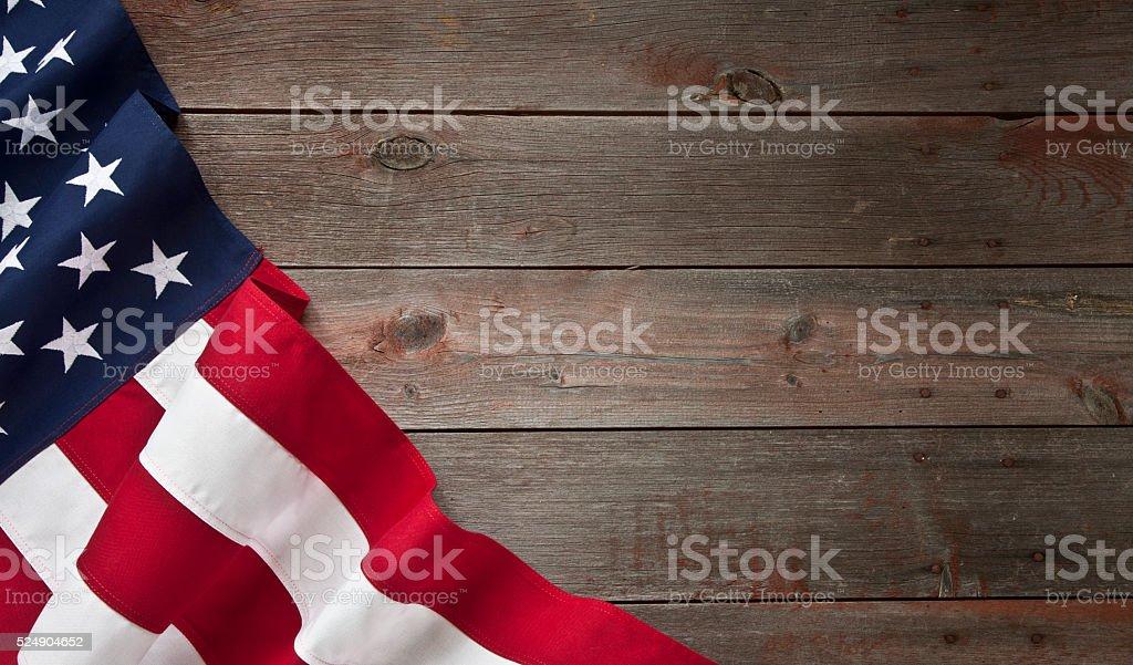 Drapeau américain du 4 juillet sur le vieux fond de bois - Photo