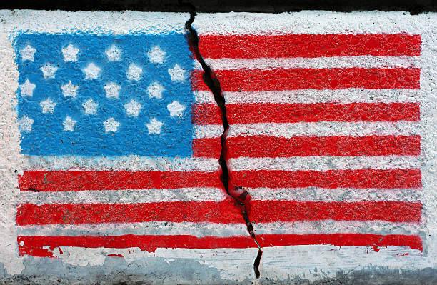 amerikanische flagge auf rissige wand - trennungssprüche stock-fotos und bilder