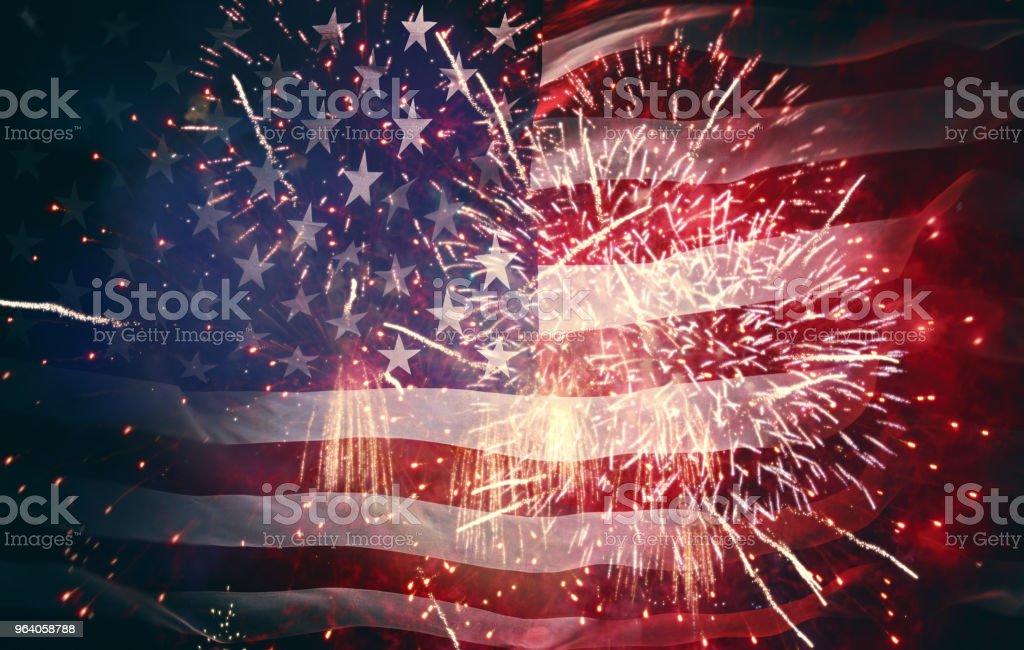 花火の背景にアメリカの国旗。 - お祝いのロイヤリティフリーストックフォト