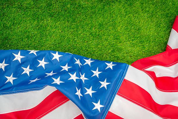 Amerikanische Flagge auf grünes gras – Foto
