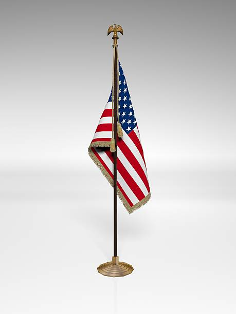 amerikanische flagge auf der stelle - pfosten stock-fotos und bilder