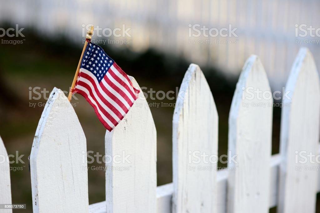 Bandeira americana na cerca branca - foto de acervo