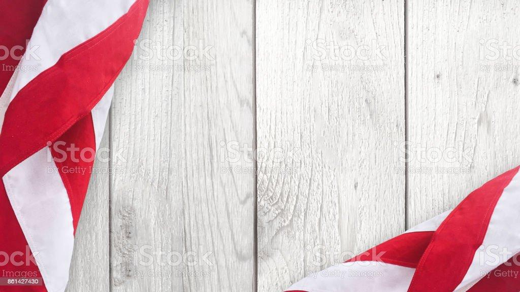Bandeira americana sobre fundo madeira - foto de acervo