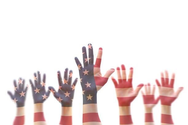 usa amerikaanse vlag patroon op mensen handen voor stemmingen, vrijwilligerswerk deelname verkiezing, burgerrechten concept - voting hands stockfoto's en -beelden
