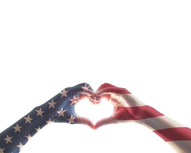 bandera americana rojo blanco azul patrón de estrellas a las personas de las manos en forma de amor de corazón aislada sobre fondo blanco: concepto de día de patriota, veteranos, independencia, día de la raza, constitución y ciudadanía de estados uni - memorial day fotografías e imágenes de stock