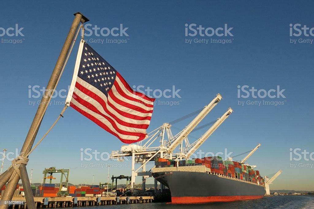 Bandiera americana noi porto e contenitore nave simboli economia del settore orgoglio - Foto stock royalty-free di Stati Uniti d'America