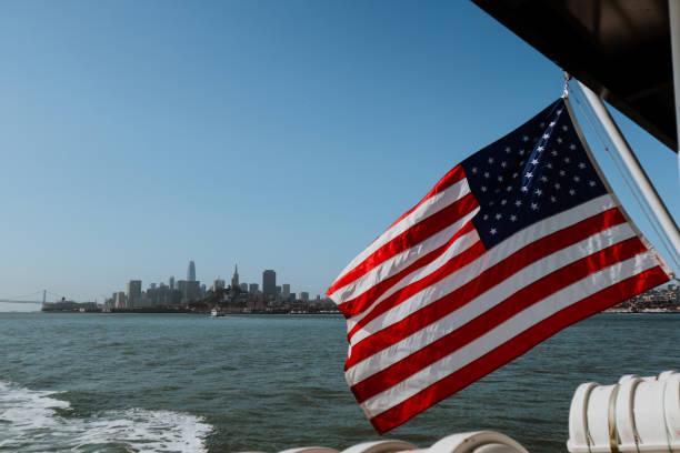 bandera americana con el horizonte de san francisco en el fondo - lunes de pascua fotografías e imágenes de stock