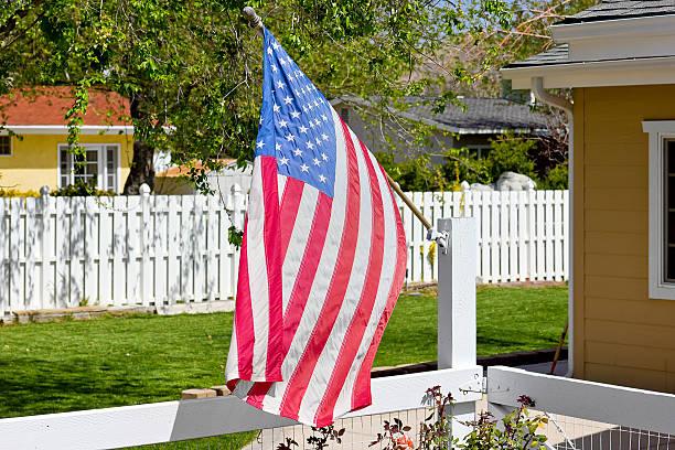 amerikanische flagge holz-zaun - horizontal gestreiften vorhängen stock-fotos und bilder