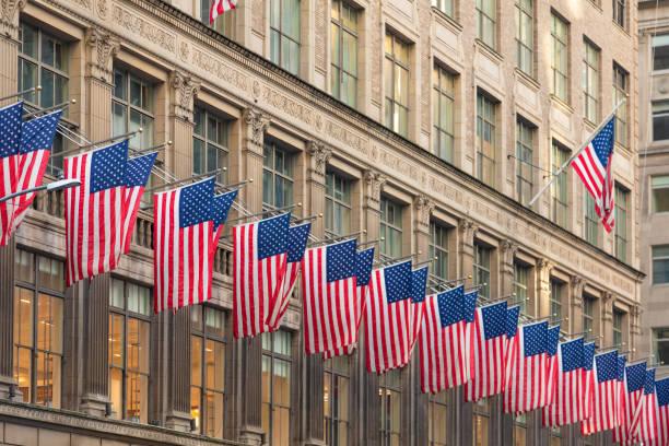 American Flags gegen Bürogebäude – Foto