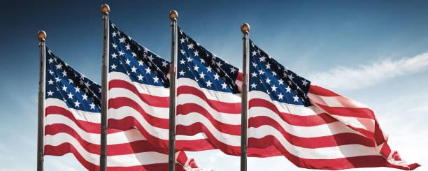 amerikanische flaggen gegen den himmel - horizontal gestreiften vorhängen stock-fotos und bilder