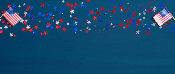 파란색 배경에 미국 국기와 색종이 별. 해피 프레지츠 데이 배너 모형. 미국 독립기념일, 노동절, 현충일, 미국 선거 개념. - columbus day 뉴스 사진 이미지