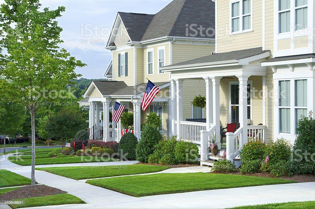 Drapeaux Americains Accroche A Une Veranda De Style Victorien
