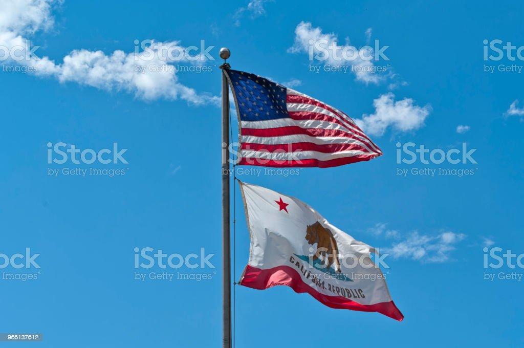 Amerikanska flaggor vävning i den blå himlen - Royaltyfri Amerikanska flaggan Bildbanksbilder