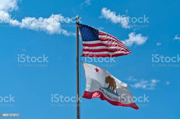 Amerikanska Flaggor Vävning I Den Blå Himlen-foton och fler bilder på Amerikanska flaggan