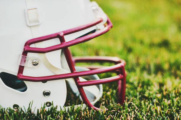 US-amerikanischer American-Football-Helm in Rasen – Foto