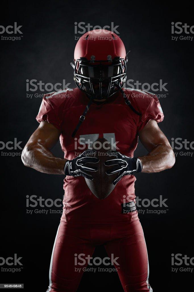 American-football-Spieler auf dunklem Hintergrund – Foto