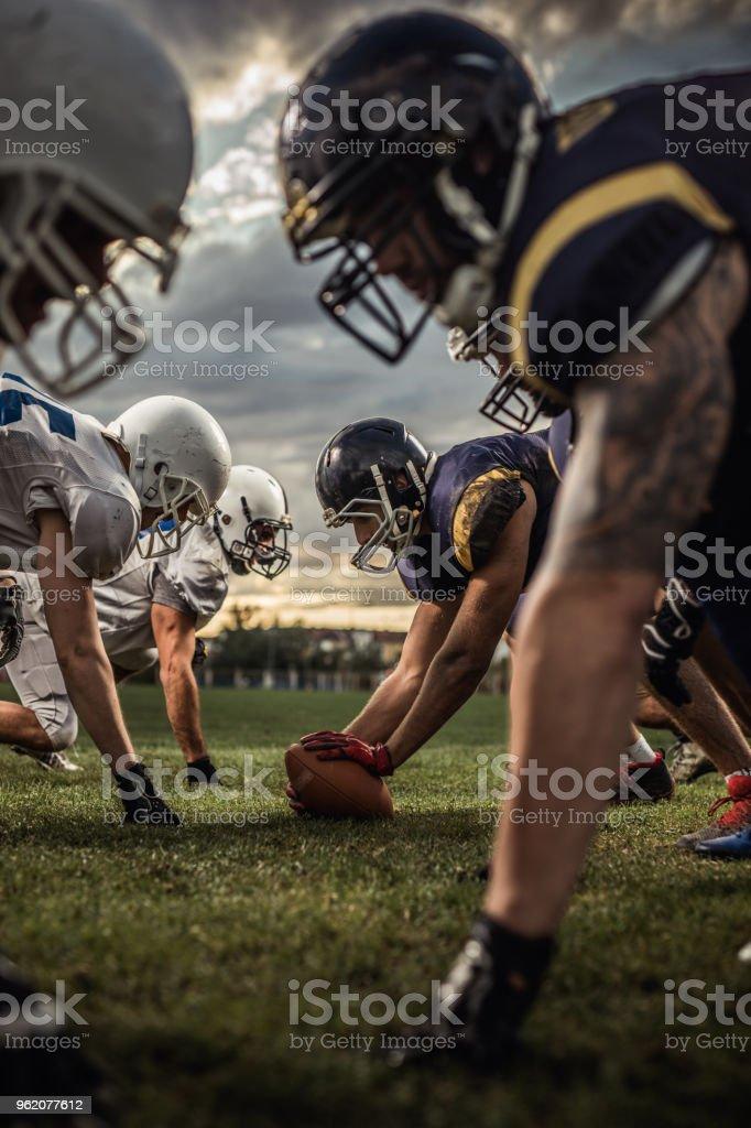 US-amerikanischer American-Football-Spieler am Anfang des Spiels. – Foto