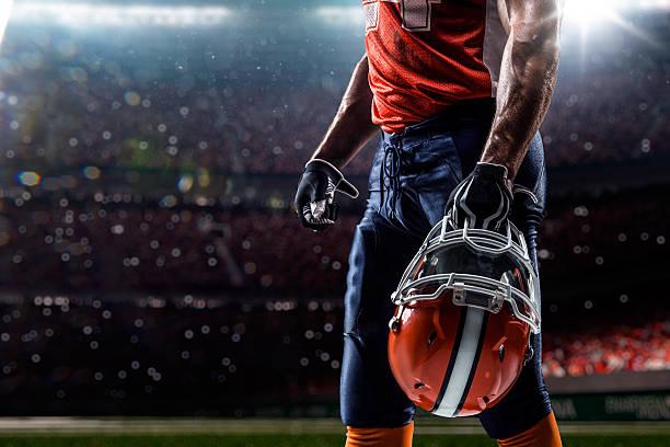 アメリカン・フットボールプレーヤースタジアムでスポーツ - アメリカンフットボール ストックフォトと画像