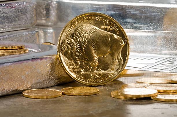 american gold buffalo avec argent et bars dans l'arrière-plan - 2015 photos et images de collection