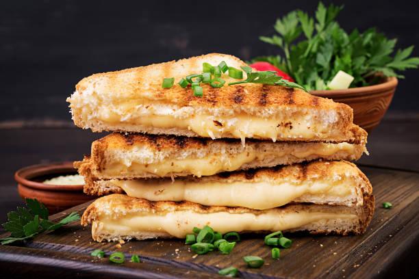 Amerikanisches Hot-Käse-Sandwich. Hausgemachtes, gegrilltes Käse-Sandwich zum Frühstück. – Foto