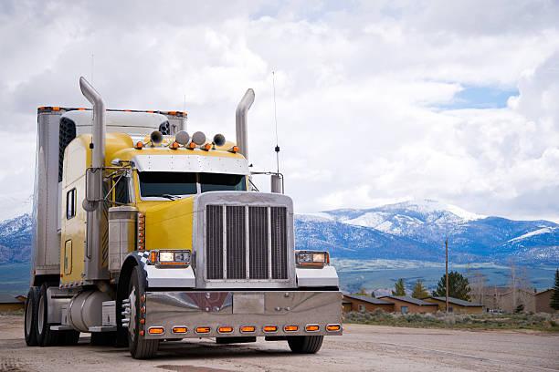 amerikanisch icon-stil individuellen gelbe sattelschlepper outfit - aufgemotzte trucks stock-fotos und bilder