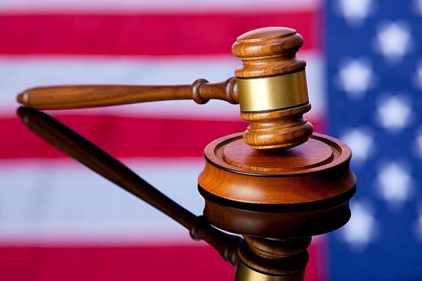American Gerechtigkeit, Hammer mit USA Flagge Hintergrund – Foto