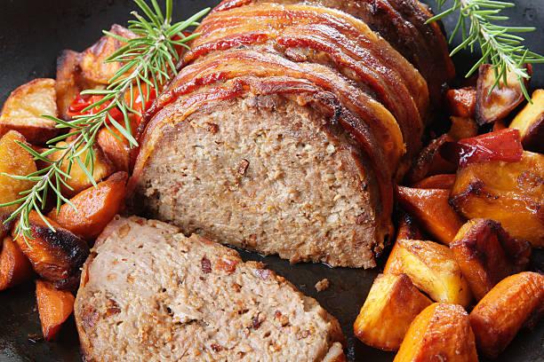 american hackbraten mit röstkartoffeln kürbis, karotten horizontal - hackfleischbraten stock-fotos und bilder