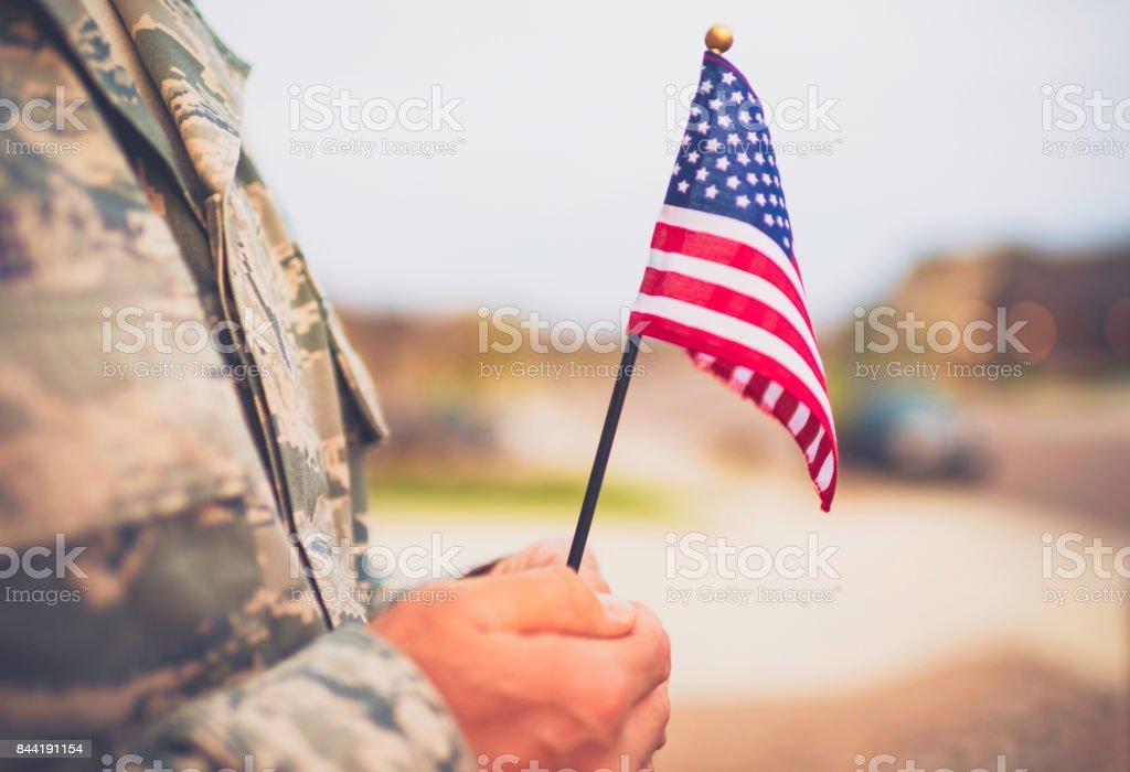 Soldado militar americano com bandeira. Tema patriótico - foto de acervo