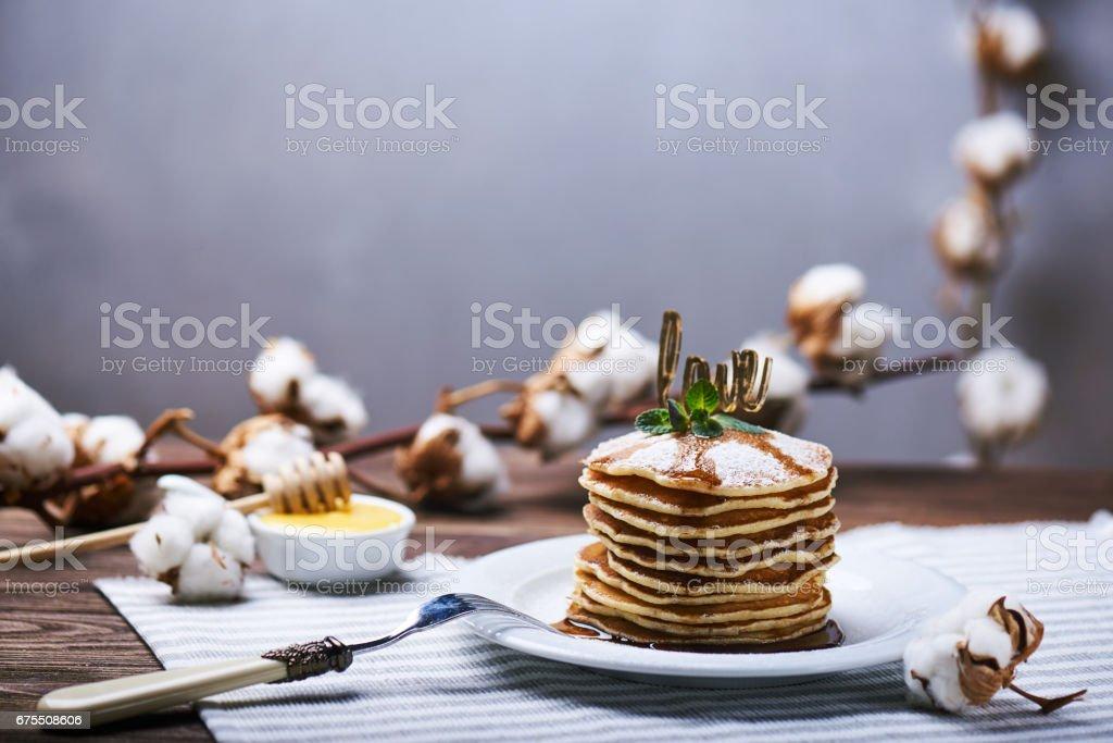 American pancakes on a plate with mint photo libre de droits