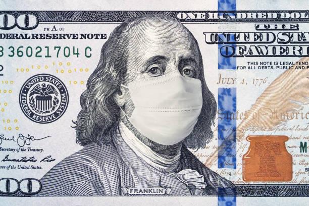 amerikanischer präsident mit gesichtsmaske gegen cov-infektion. 100-dollar-banknote. coronavirus in den vereinigten staaten. konzept quarantäne und rezession. weltwirtschaft von corona-virus-ausbruch und pandemie betroffen - verzweiflung stock-fotos und bilder