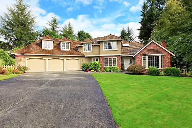 American real estate.  Außenansicht der luxuriösen Hauses mit Backstein-Paspeln – Foto