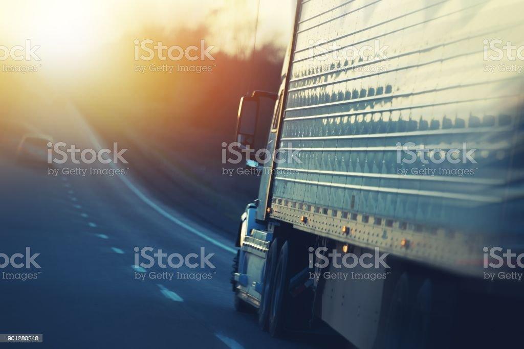 Camiones americanos en carretera - foto de stock