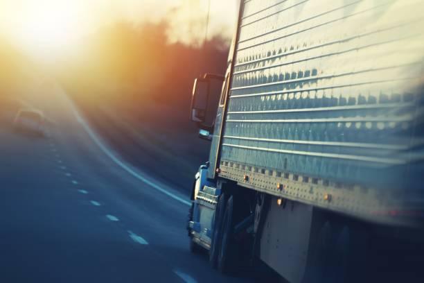 camiones americanos en carretera - conductor de autobús fotografías e imágenes de stock