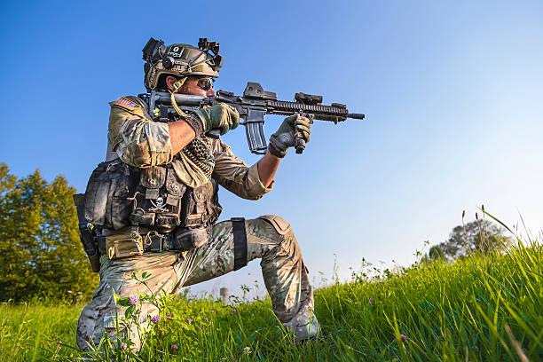 Amerikanische Soldaten Zielen seine Gewehr auf blauer Himmel Hintergrund – Foto