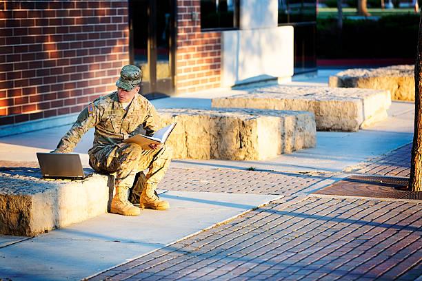 amerikanische soldaten im campus - militärisches training stock-fotos und bilder