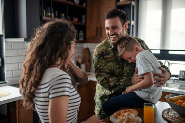 american soldier finally at home with his family - tropa imagens e fotografias de stock