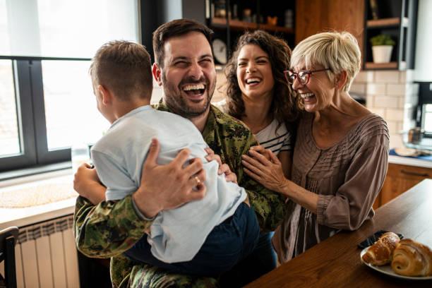 soldado americano finalmente en casa con su familia - reunión familiar fotografías e imágenes de stock