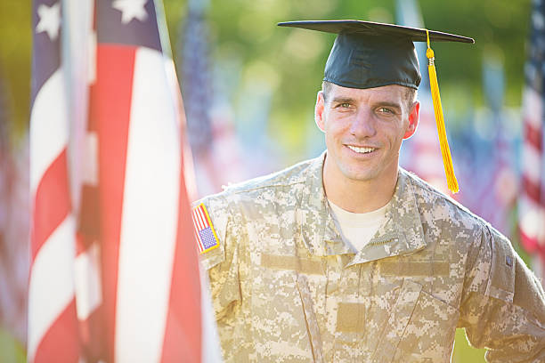 Amerikanische Soldaten mit Abschlussfeier-Mütze – Foto
