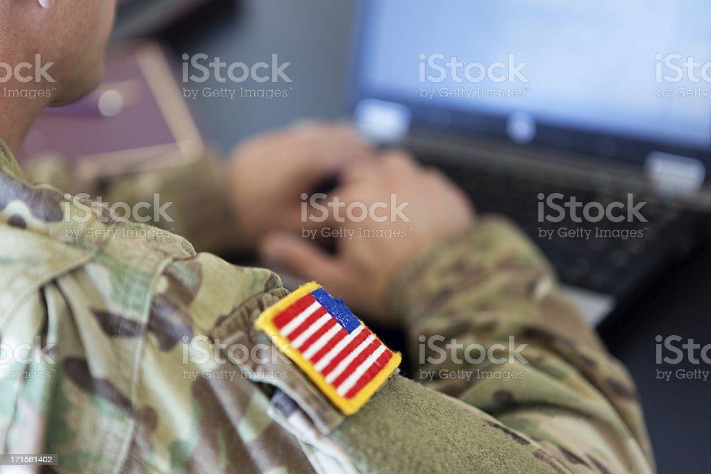 American soldier trabajando en la computadora portátil - foto de stock