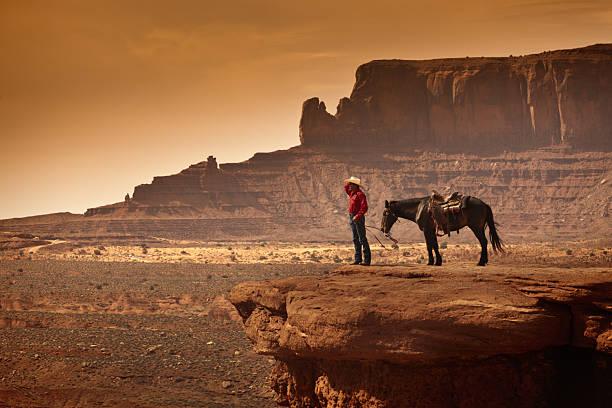 amerikanischen südwestens cowboy auf pferd - navajo stil stock-fotos und bilder