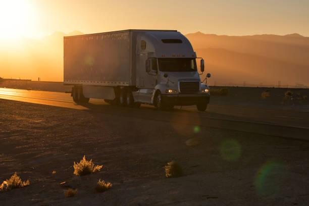 amerikanisches lkw auf autobahn zugbelastung. transport-thema - pickup trucks stock-fotos und bilder