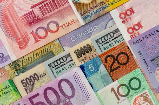 Notas americanas nos canadense Dólar australiano, Euro, iene japonês e chinês Yuan - foto de acervo