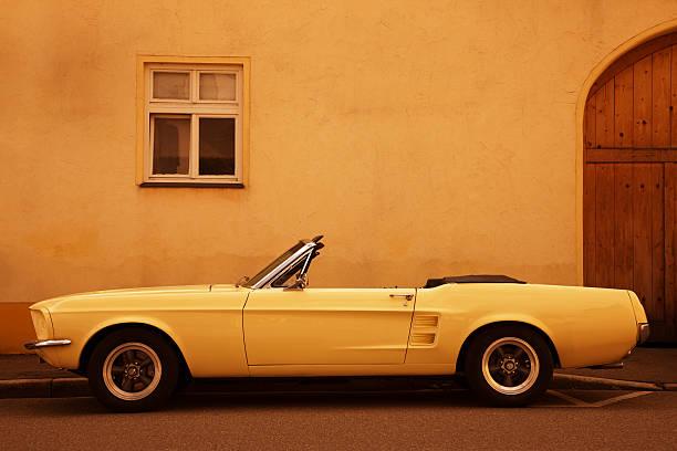 american vintage auto auf der straße - alten muscle cars stock-fotos und bilder
